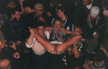 Schamloses Luder spreizt die Beine auf der Party