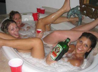 Vom Alkohol enthemmte kleine Mädchen nackt in der Badewanne